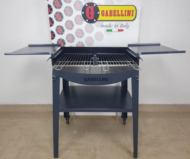 barbecue a carbonella o legna trasportabile con ruote e griglia in acciaio inox presentato con vista frontale