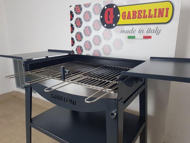 barbecue a carbonella o legna con griglia in acciaio inox e sportelli aperti