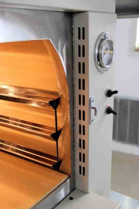 forno a legna da esterno di colore bianco con particolare termo isolato attraverso nastro in fibro ceramica