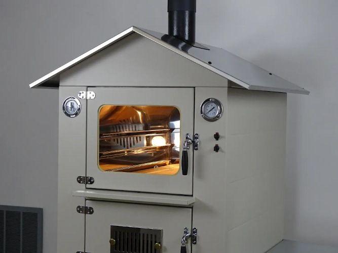 forno da esterno di colore bianco con luci e ventilazione accese