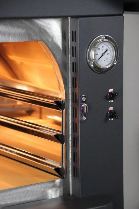 forno a legna da esterno di colore nero con tetto in acciaio inox presenta particolare involucro termo isolato con fibro ceramica
