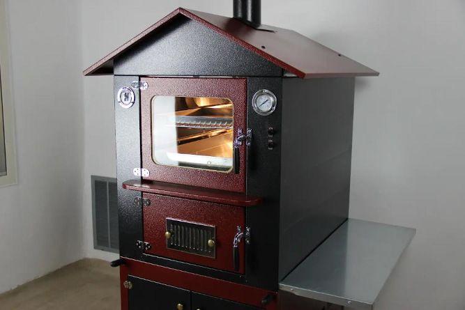 forno a legna da esterno di colore rosso e nero con luci e ventola accese