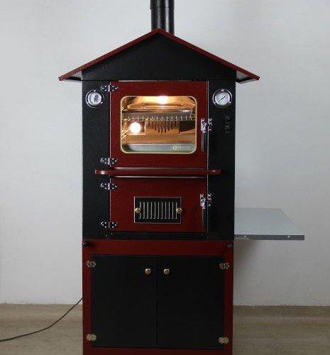 forno a legna da esterno di colore rosso e nero con vista frontale